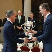 Felipe VI entrega el Trofeo Joaquín Blume a Antonio Camacho