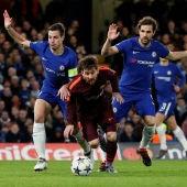 Messi, perseguido por Azpilicueta y Cesc Fábregas