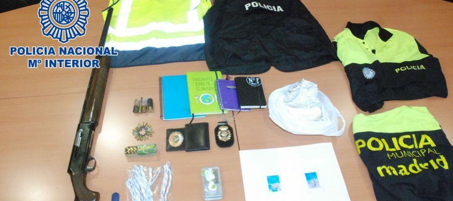 Material confiscado al detenido por violencia de género en el barrio de La Latina (Madrid)