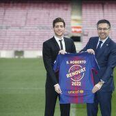 Sergi Roberto y Bartomeu, con la camiseta de la renovación del jugador culé