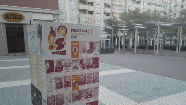 Cubo con la programación cultural de Elche instalado en la Plaza de Castilla