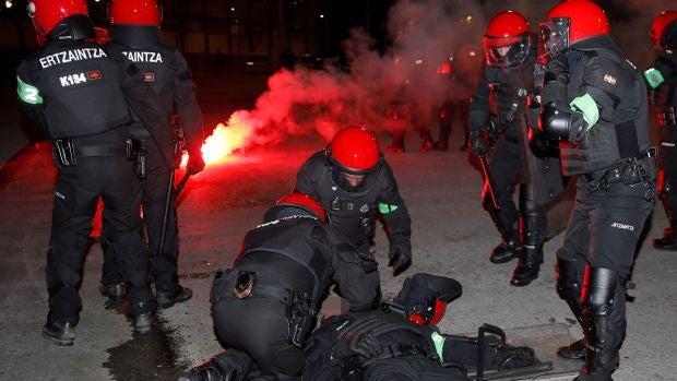 Un ertzaina - en la imagen- ha muerto esta noche en el Hospital de Basurto tras sufrir un infarto durante los enfrentamientos