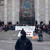 Un centenar de manifestantes convocados por los CDR bloquean la puerta principal del TSJC
