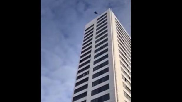 Un saltador sobrevive tras saltar de un piso 24 de un edificio en Estocolmo y que no se abriera el paracaídas