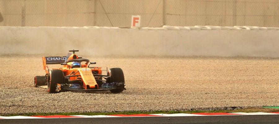 Momento en el que Fernando Alonso se sale de pista, sin su rueda trasera derecha