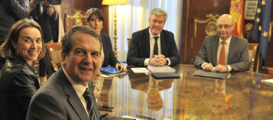El presidente de la FEMP, Abel Caballero, con el Ministro de Hacienda, Cristóbal Montoro