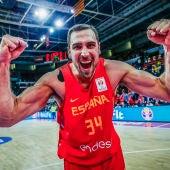 Pablo Aguilar celebra la victoria de la Selección Española de Baloncesto