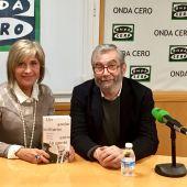 El escritor Antonio Muñoz Molina junto a Julia Otero