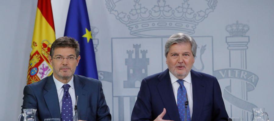El ministro de Educación y portavoz del Gobierno, Iñigo Méndez de Vigo, acompañado por el ministro de Justicia, Rafael Catalá,