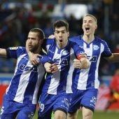 Los jugadores del Alavés celebran el gol de Víctor Laguardia ante el Levante