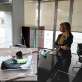 Eva Montesinos en su despacho. En el lateral, el dispositivo