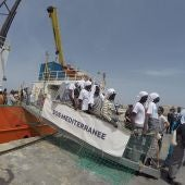 Decenas de refugiados desembarcan del barco Aquarius de la ONG SOS Méditerranée en Lampedus
