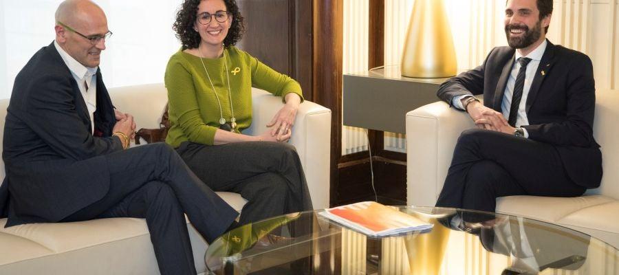 El presidente del Parlament, Roger Torrent junto a Marta Rovira y Raül Romeva de ERC, durante la reunión