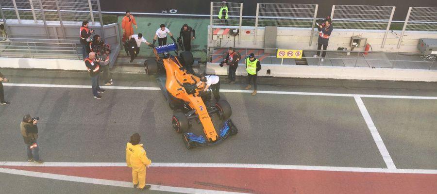 Los mecánicos empujan el coche de Vandoorne hasta boxes
