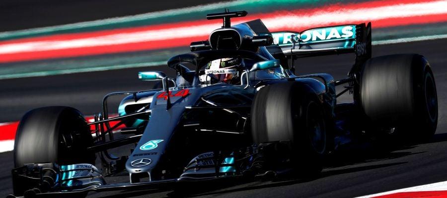 Lewis Hamilton gira sobre el trazado de Montmeló