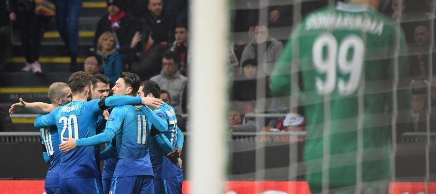 Los jugadores del Arsenal celebran un gol ante el Milan