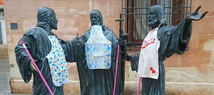 Las estatuas de los cantores de El Ternari del Misteri d'Elx con fregona y delantal