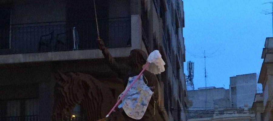 Estatua de Frances Cantó con delantal y una fregona