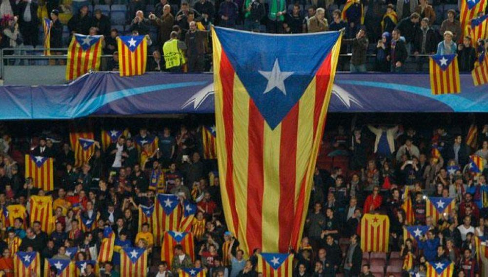 Seguidores del F.C. Barcelona despliegan esteladas en un partido de la Champions. / EFE