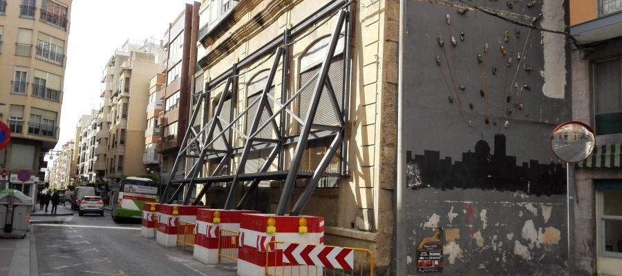Fachada del edificio Riegos El Progreso apuntalada