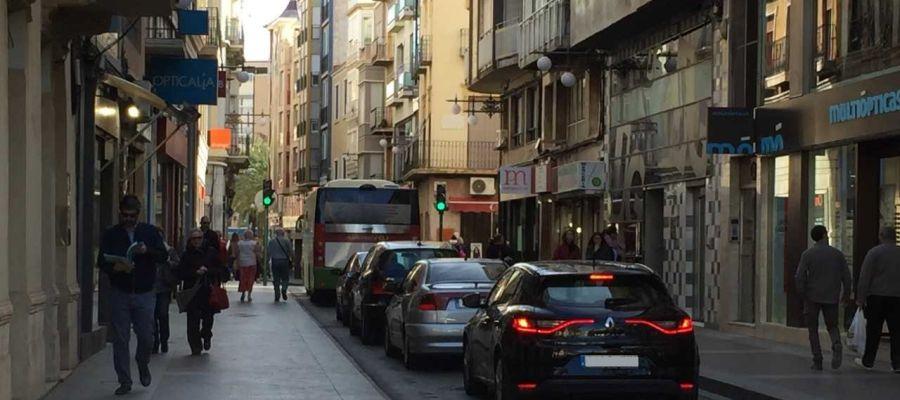 Vehículos circulando por la calle Corredora de Elche