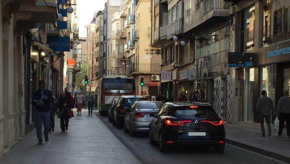 Vehículos circulando por la calle Corredora de Elche.