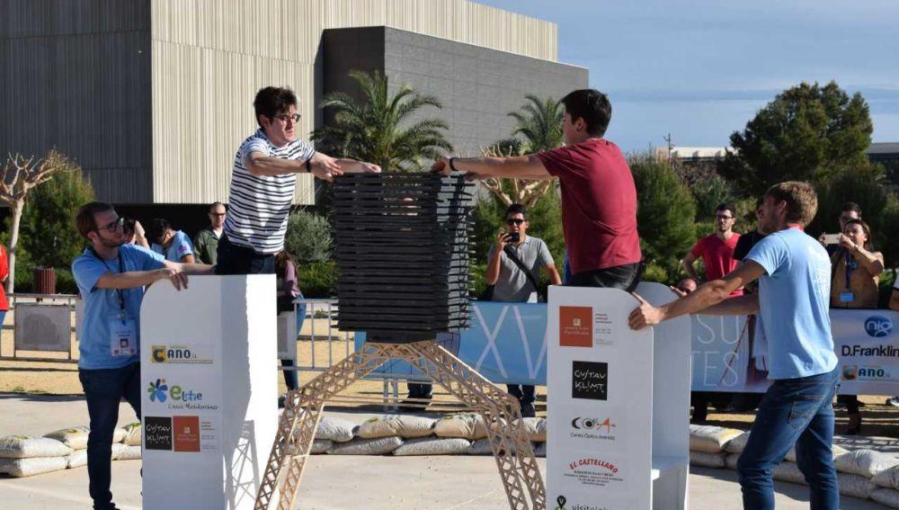 Puente hecho de palillos de helado ganador en la categoría de Peso