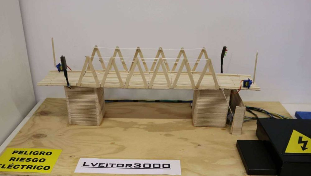 Puente hecho de palillos de helado ganador en la categoría de Movilidad
