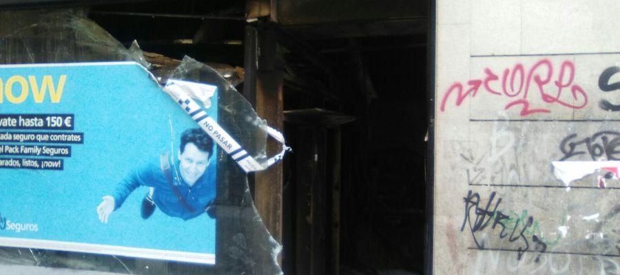 El cristal de un comercio, destrozado tras los incidentes en Lavapiés