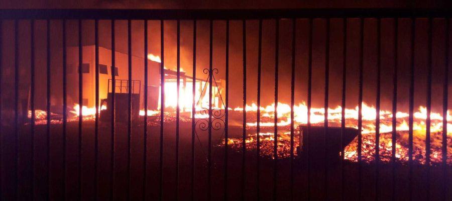 Incendio en la fábrica de palets de La Marina de Elche