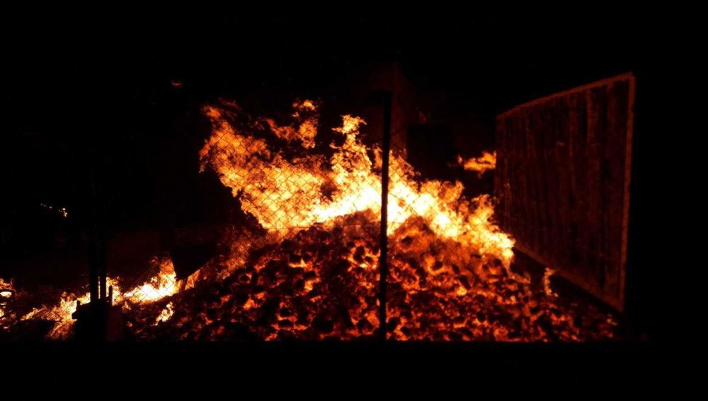 Palets arden en el incendio de la fábrica de La Marina de Elche