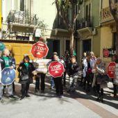 Miembros de la PAH Elx-Crevillent en una concentración en Plaza de Baix de Elche.