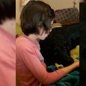 La pequeña Mara junto a su perro Lolo