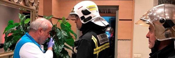 Un miembro del SUMMA en la vivienda de Getafe en la que se produjo el incendio
