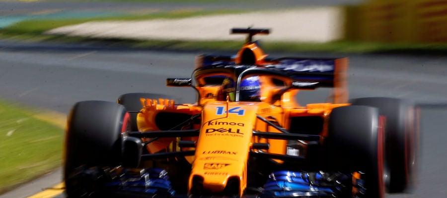 Fernando Alonso rueda con el MCL33 en el circuito de Albert Park