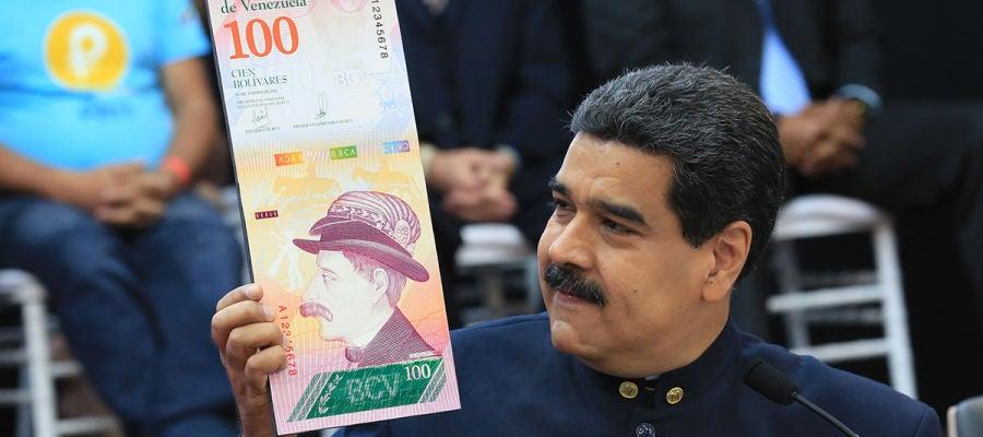 Maduro muestra la imagen de un billete