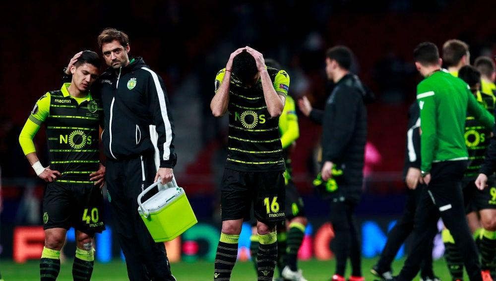 Los jugadores del Sporting de Portugal, tras su derrota contra el Atlético de Madrid