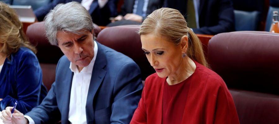 La presidenta de la Comunidad de Madrid, Cristina Cifuentes, conversa con el vicepresidente, Ángel Garrido