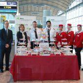 Representantes del Aeropuerto Alicante-Elche y la compañía Volotea tras recibir el primer vuelo procedente de Lyon
