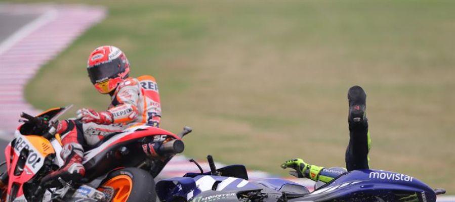 Valentino Rossi cae en la última curva del circuito de Argentina tras un toque con el Marc Márquez