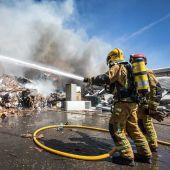 Bomberos en el incendio de la parcela de una empresa de reciclaje en el polígono