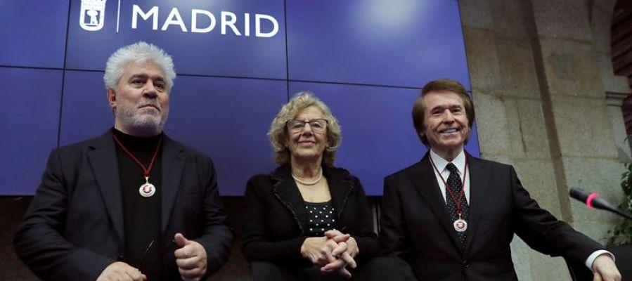 Manuela Carmena con Pedro Almodóvar y Raphael