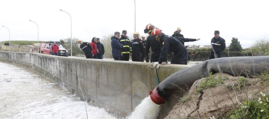 Trabajos de los efectivos contra la riada