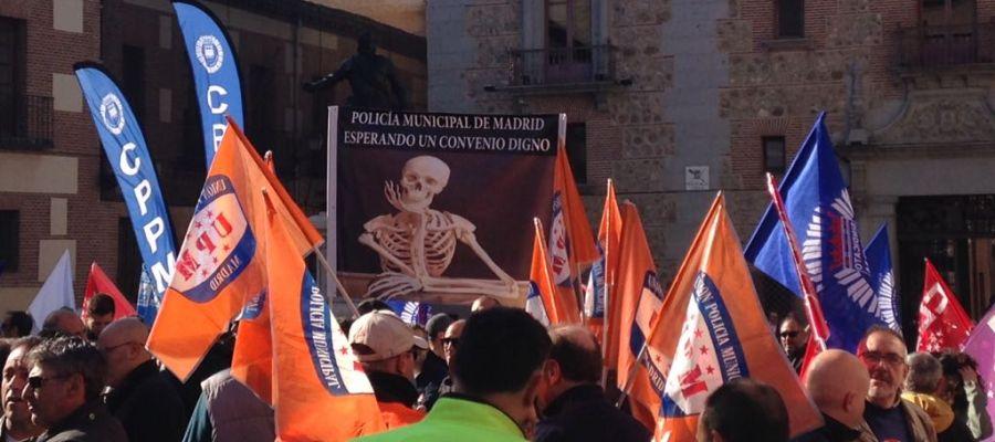 Uno de los carteles que se han visto en la concentración de policías municipales de Madrid