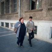 La exconsellera de Cultura Ruth Mateu junto a su abogado a su llegada a los juzgados de Palma
