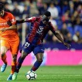 Chory y Boateng disputan el balón durante el Levante - Málaga