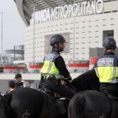 Policías antes de la final de Copa