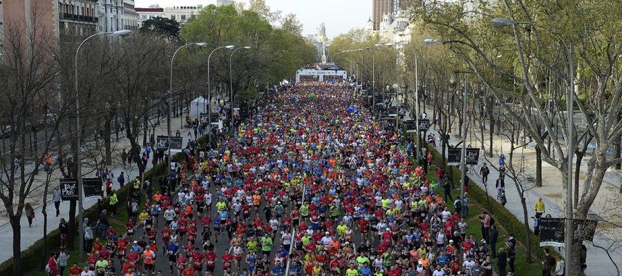 Miles de corredores tras la salida del EDP Rock n'roll Maratón de Madrid