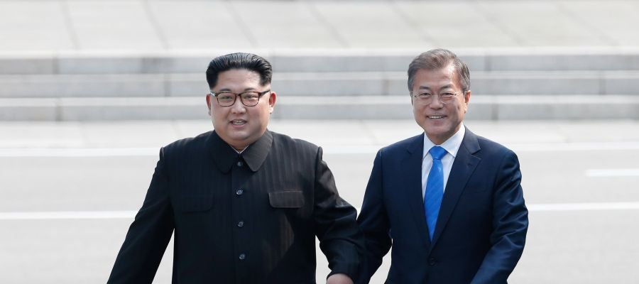 El presidente surcoreano, Moon Jae-in, y el líder del Norte, Kim Jong-un, caminan tomados de la mano