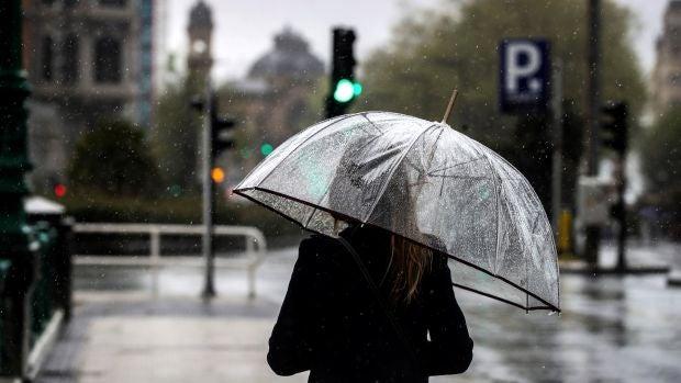 Una mujer con un paraguas